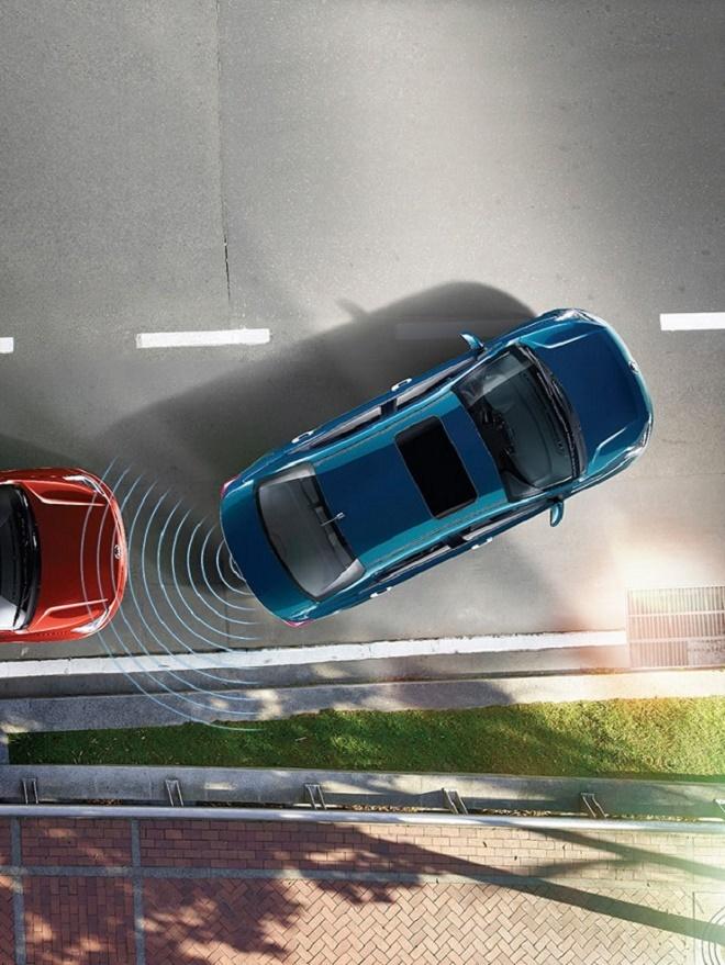 Kia Soluto trang bị cảm biến và camera lùi giúp xe an toàn khi vào bãi đỗ
