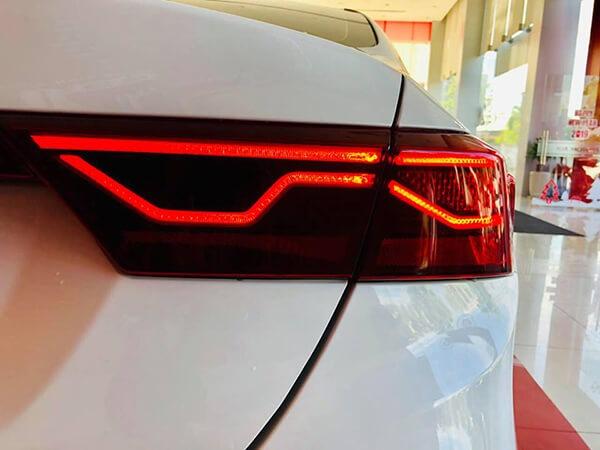 Cụm đèn sau Kia Cerato là dãi LED uống lượn nhìn lạ mắt và sang trọng hơn