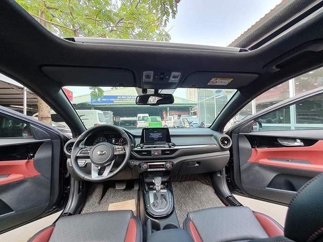 Nội thất Kia Cerato 2.0 Premium sẽ là tone màu đen- đỏ, bản 1.6 số tự động màu kem be, và phiên bản số sàn là màu đen.