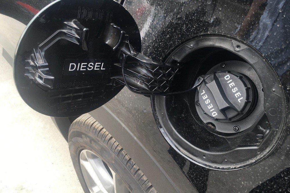 Ký hiệu của nhà sản xuất trên nắp bình nhiên liệu để tránh nhầm lẫn giữa máy dầu và máy xăng