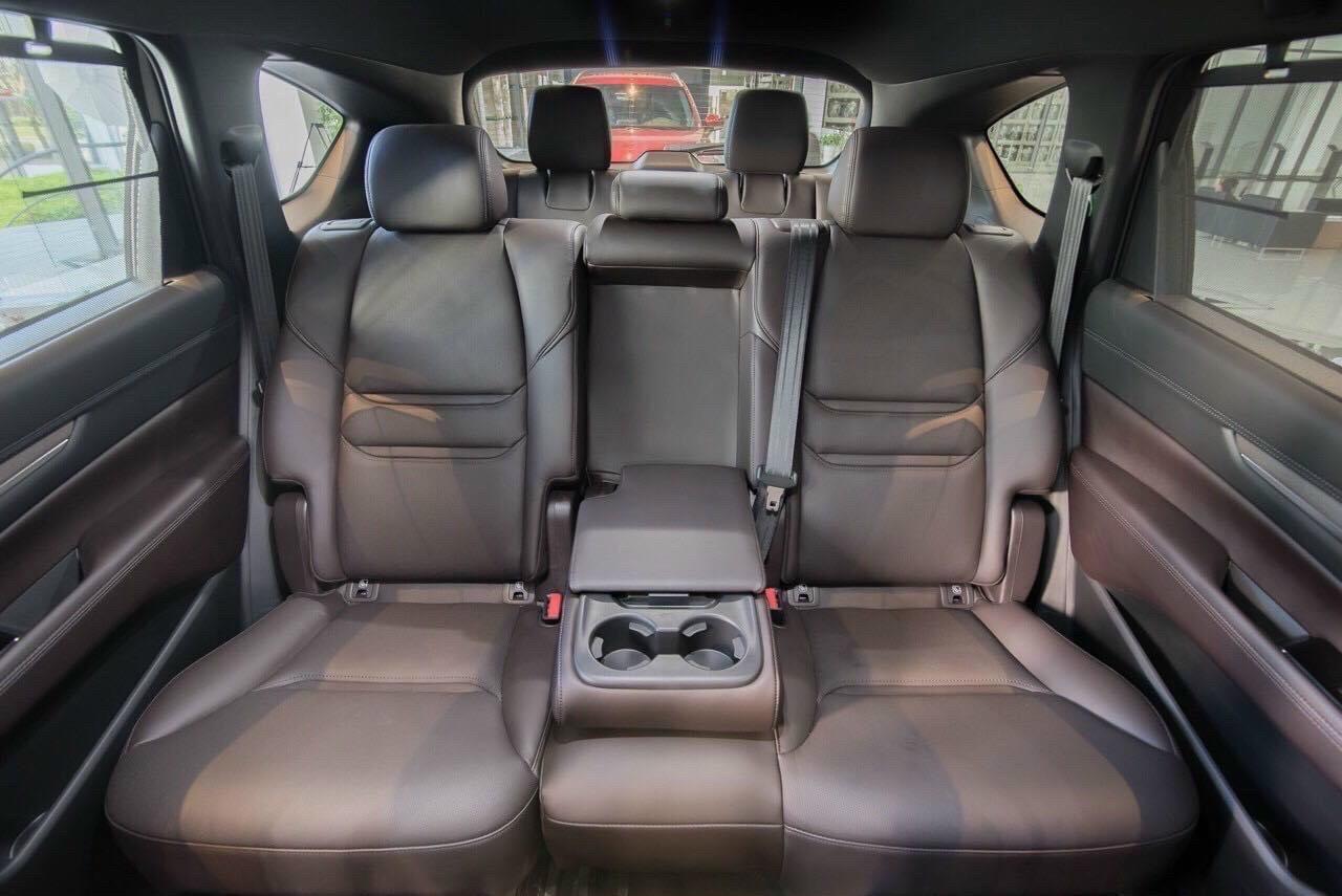 Tùy chỉnh hàng ghế ngồi thành bệ tỳ tay trên Mazda CX-8.